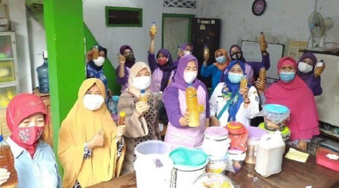 Praktik membuat eco enzyme dengan ibu-ibu PKK Kelurahan Kayu Manis,Jakarta Timur./foto:dok.indra