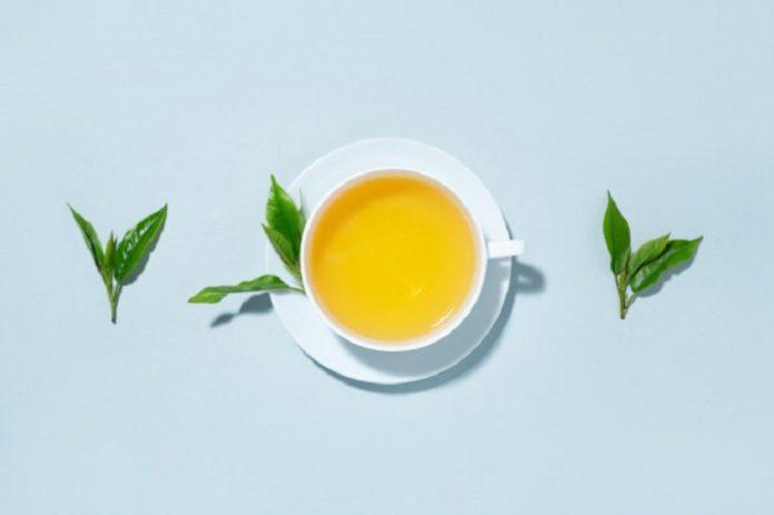 Kandungan antioksidan dalam minuman teh hijau meningkat menjadi empat kali lipat bila dibubuhi air perasan lemon./foto: Freepik.com