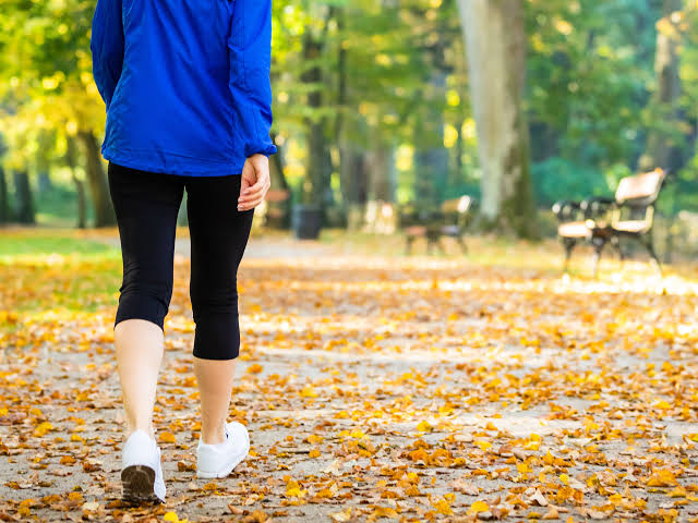 Olahraga jalan kaki membantu mengendalikan kadar gula darah, juga menurunkan kolesterol dan mengurangi berat badan./foto: self.com