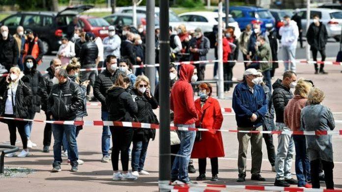 Masyarakat Jerman antre untuk mendapatkan vaksin Covid-19./foto: ft.com