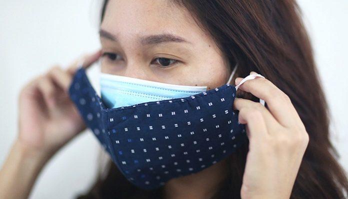 Pakai masker dobel dengan cara yang benar, yaitu masker medis di lapis pertama (bagian dalam) dan masker kain di bagian luar./foto: pras