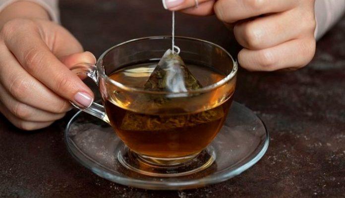 Jangan merendam teh celup terlalu lama agar kafein tidak menumpuk./foto: leaf.tv