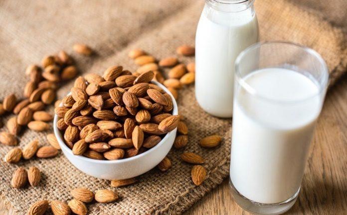 Ibu hamil yang tidak doyan susu sapi bisa mendapatkan asupan kalsium dari susu kedelai atau almond./foto: freepik.com